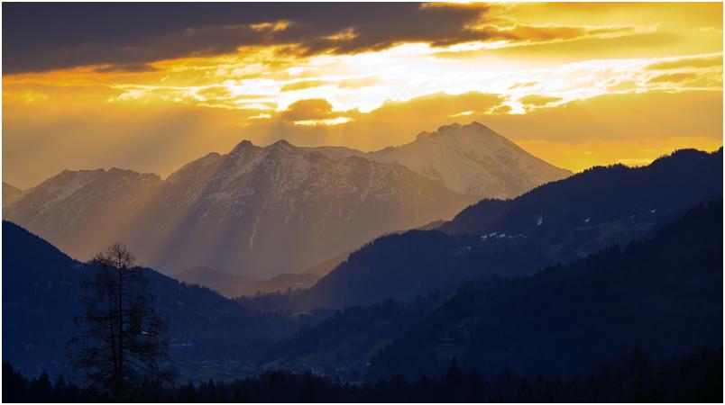 Blick über Garmisch-Partenkirchen ins Karwendel