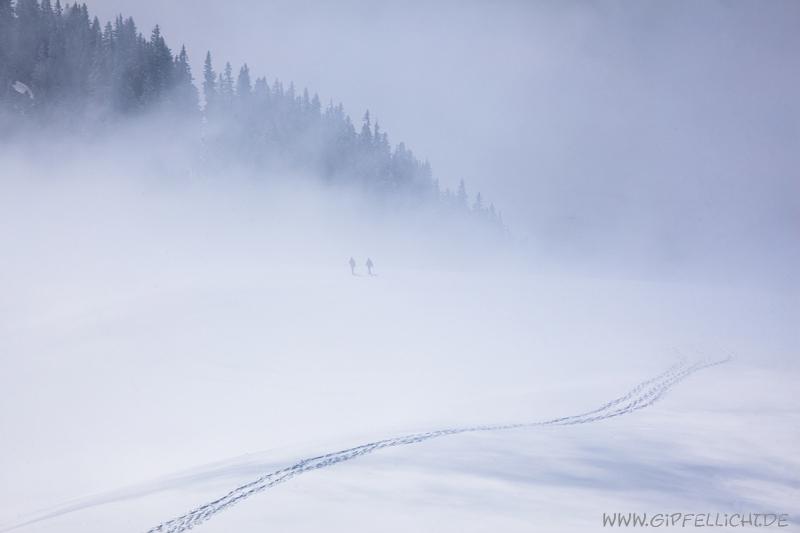 2 tourengehen tauch auf dem nebel auf